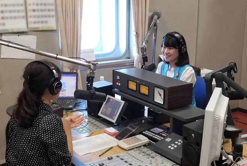 FM秋田のラジオ番組に出演している画像