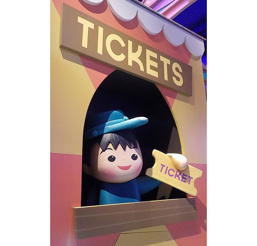 チケット売り場にいる子どもの画像