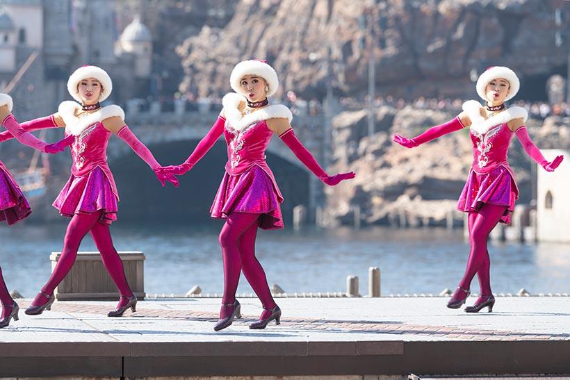ピンクのサンタコスチュームのダンサーの画像