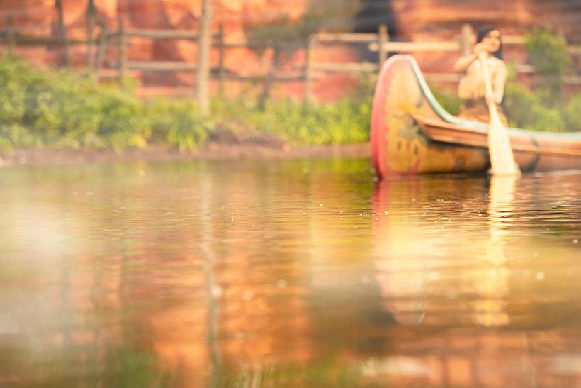 カヌーを漕ぐポカホンタス画像