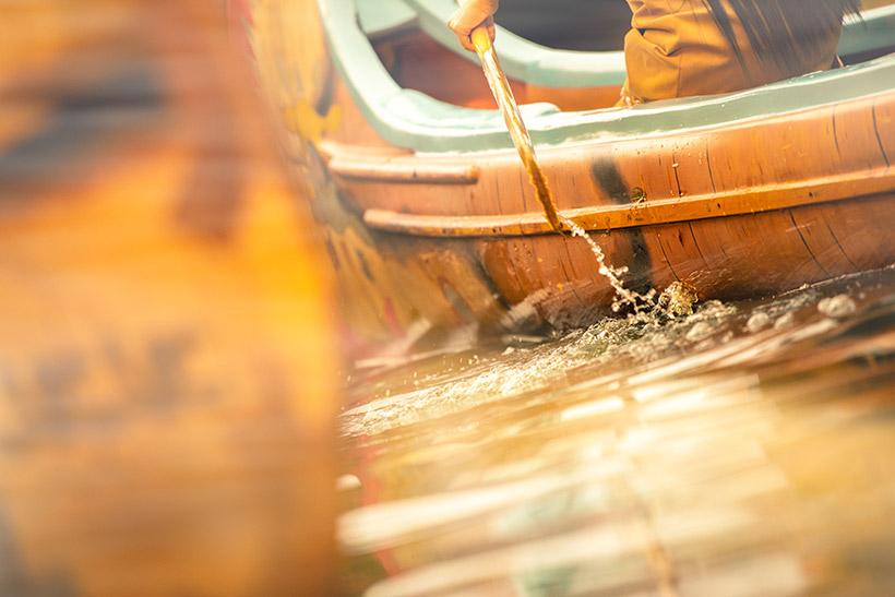カヌーを漕ぐ画像