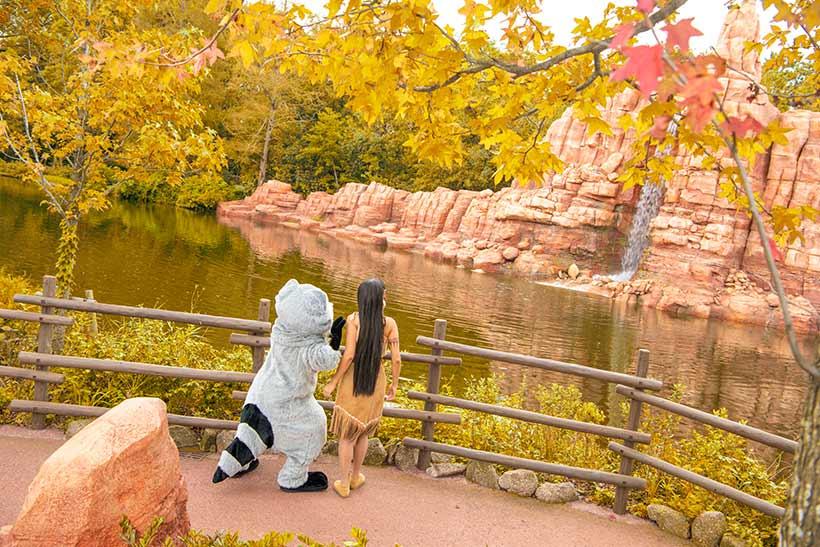 河を見ているポカホンタスとミーコ画像
