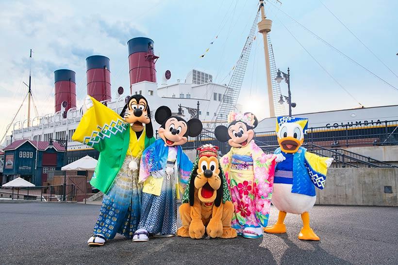 ミッキー、ミニー、ドナルド、グーフィー、プルートがお正月の衣装でそろってうつっている画像