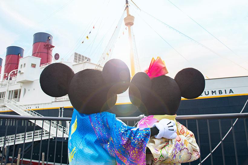 日の出を見るミッキーとミニーの画像