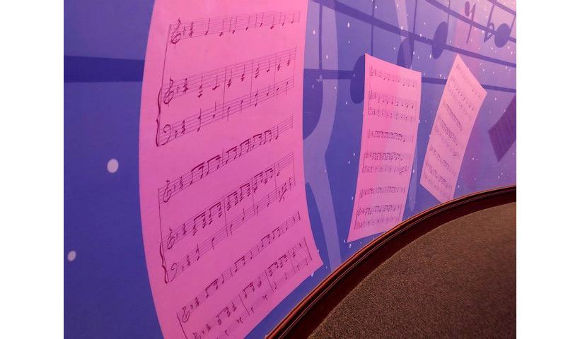 壁に描かれた楽譜の画像