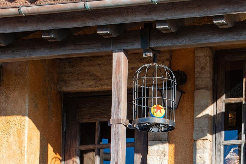 籠の中のピクサーボールの画像