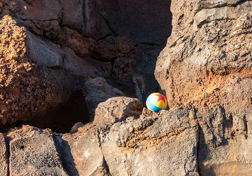 岩の上のピクサーボールの画像
