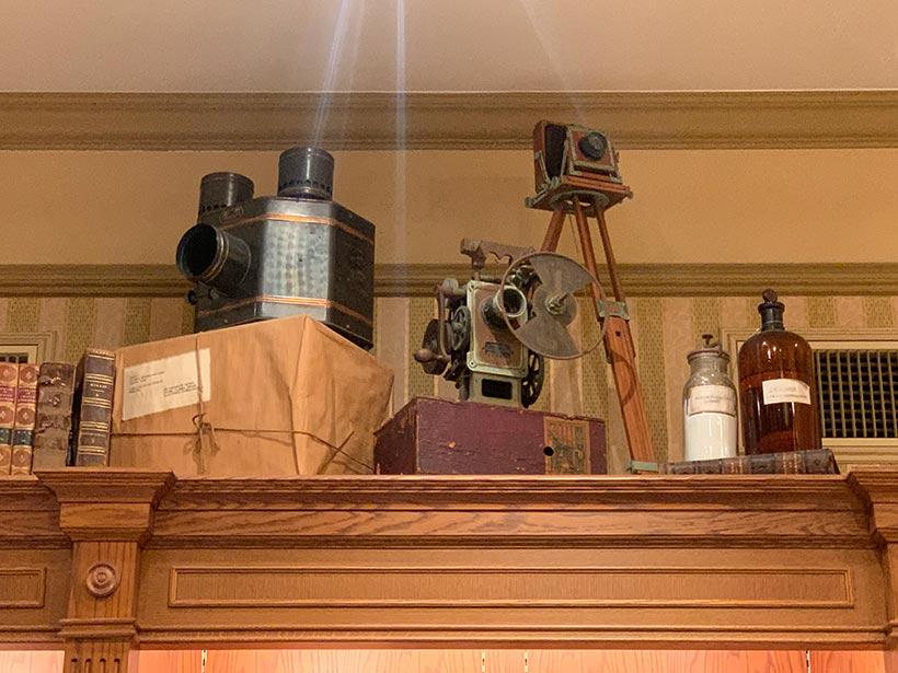 年代物のカメラや写真薬剤瓶などの画像