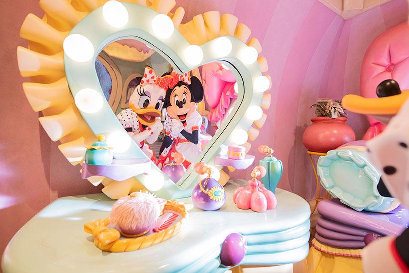 鏡の前でポーズしている画像