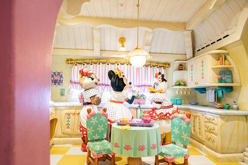 キッチンで話している様子の画像