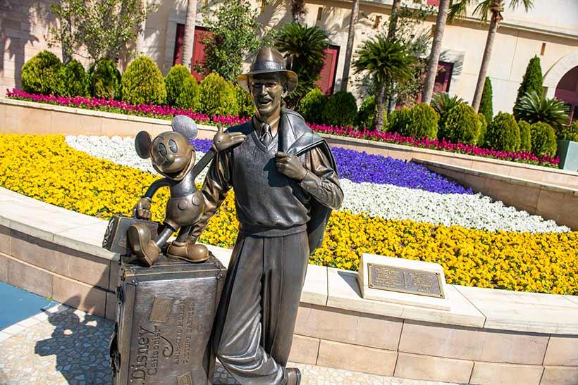 ミッキーとウォルトのブロンズ像とお花