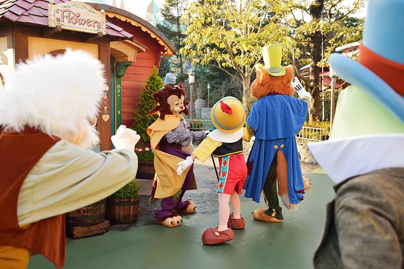 ピノキオを連れ去ろうとするファウルフェローとギデオンの画像