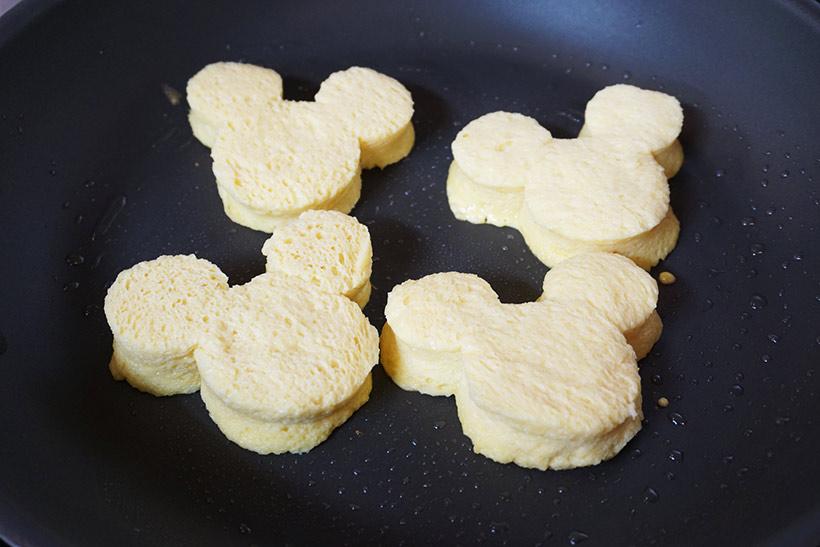 卵液に浸したパンをフライパンに並べる