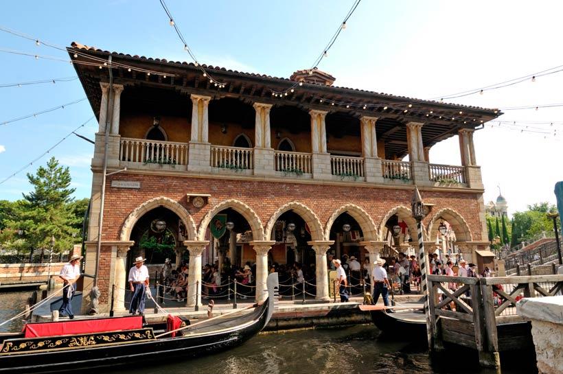 「ヴェネツィアン・ゴンドラ」のレンガ造りの乗り場の画像