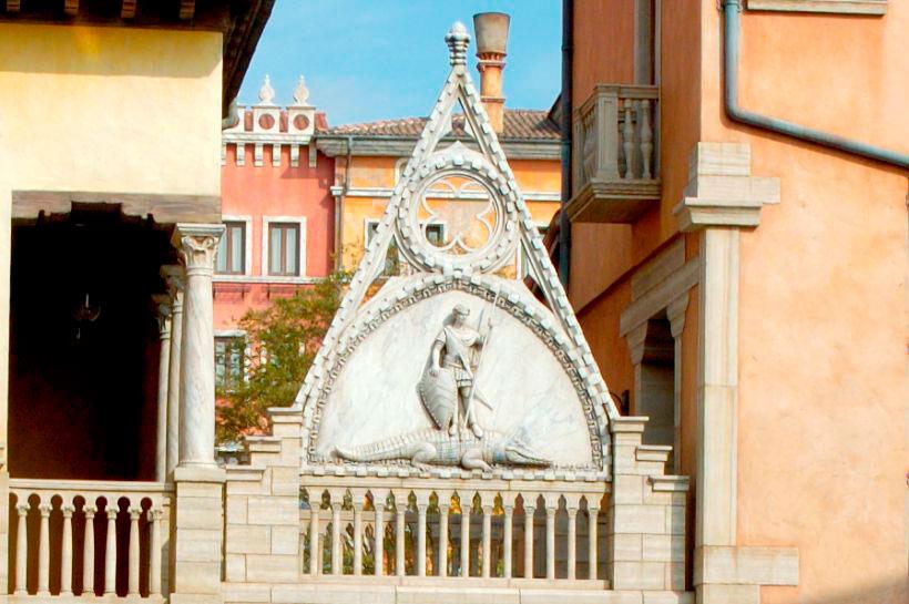 ヴェネツィアの守護聖人、聖デオドーロがワニを仕留めているレリーフの画像