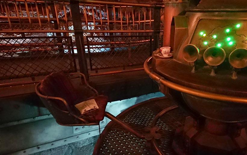 コーヒーカップが置かれている空っぽの席の画像