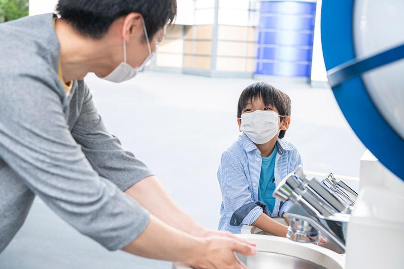手を洗う親子の画像