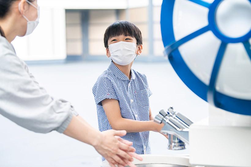 手を洗う親子の画像2