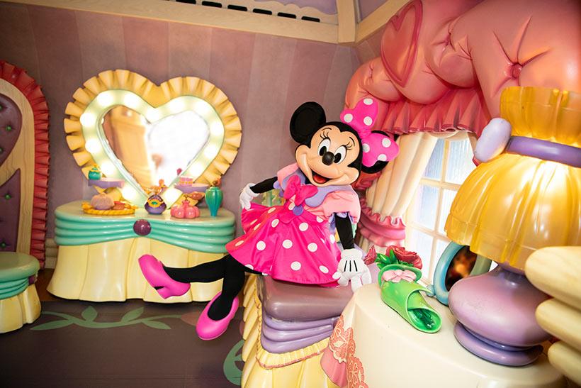 ベッドに座っているミニーの画像