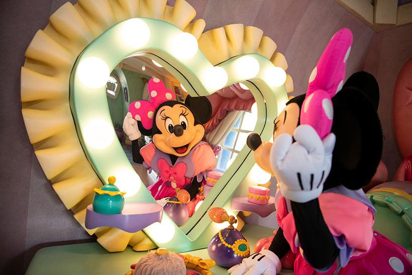 鏡を見ているミニーの画像