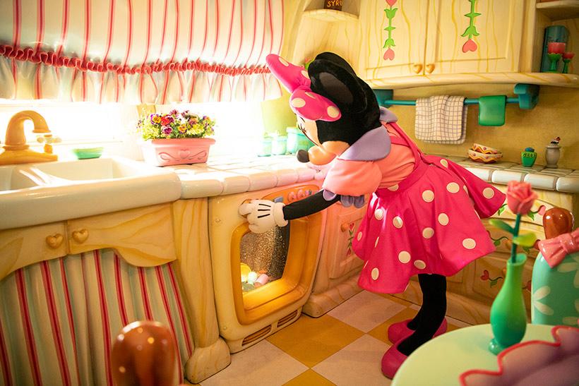 食器を洗っているミニーの画像