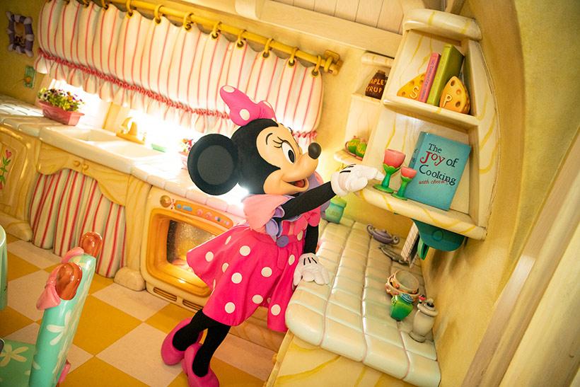 お花を飾っているミニーの画像