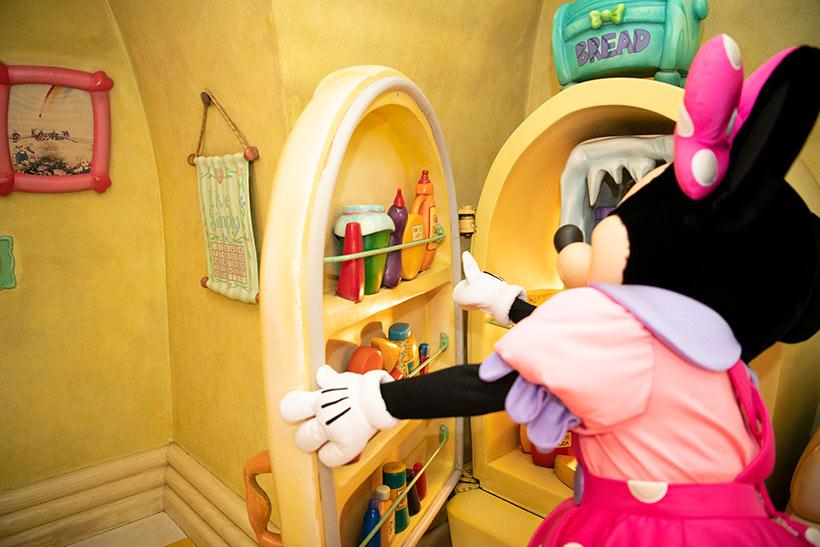 冷蔵庫の中を覗くミニーの画像