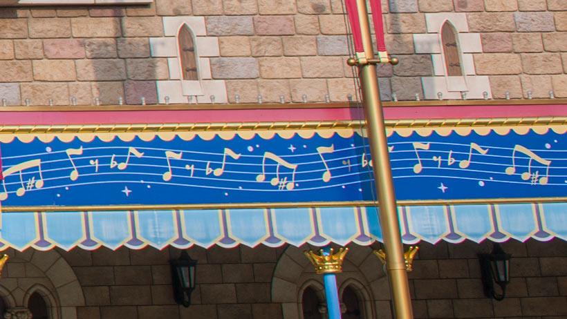 「ミッキーのフィルハーマジック」入口にある五線譜の画像