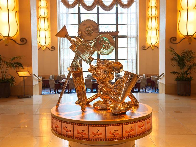 ミッキーマウスとプルートの金色の像の画像