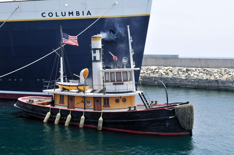 S.S.コロンビア号の船首右側に停泊している小型タグボートの画像