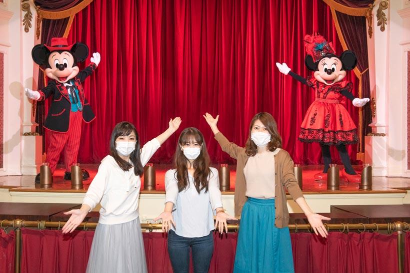 「ザ・ダイヤモンドホースシュー」のミッキーとミニー、一緒に撮影しているゲストの画像