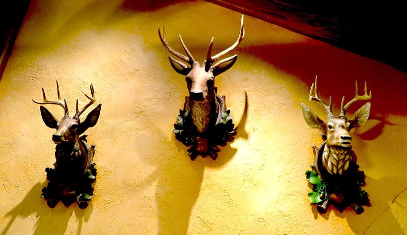 店内の壁にかかった彫刻