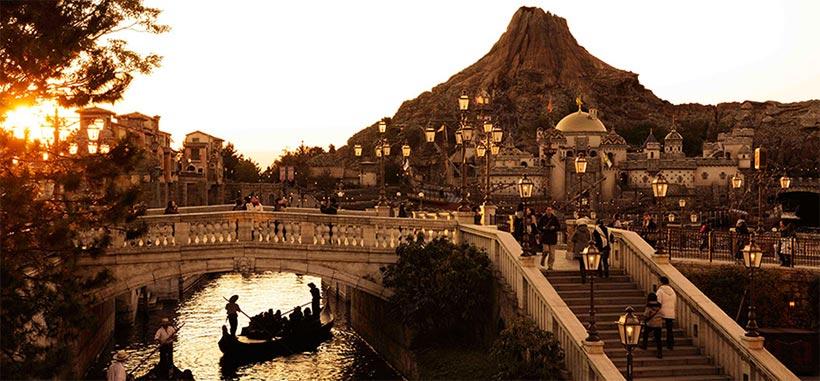 黄昏時に橋の上から撮影した「ヴェネツィアン・ゴンドラ」のある風景