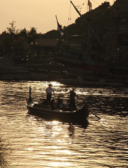 黄昏時に橋の上から撮影した「ヴェネツィアン・ゴンドラ」のある風景2