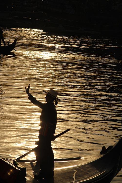 黄昏時に橋の上から撮影した「ヴェネツィアン・ゴンドラ」のある風景3