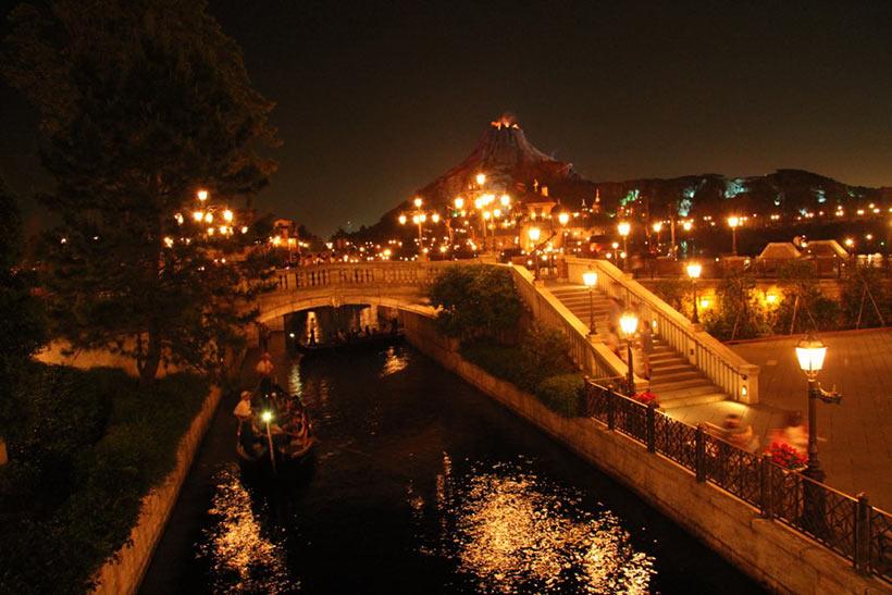 夜に橋の上から撮影した「ヴェネツィアン・ゴンドラ」のある風景