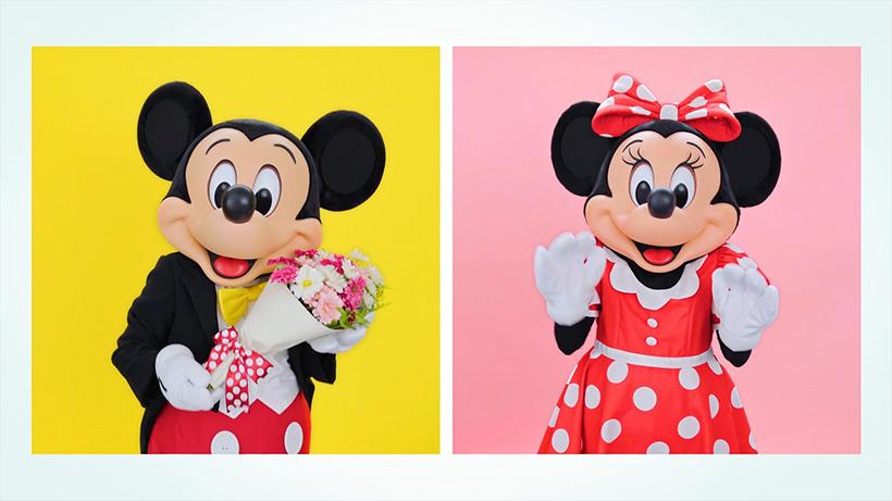 花束をあげるミッキーの画像