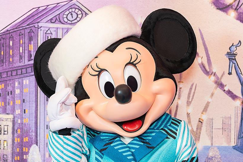 ふわふわのファーで覆われた帽子をかぶるミニー