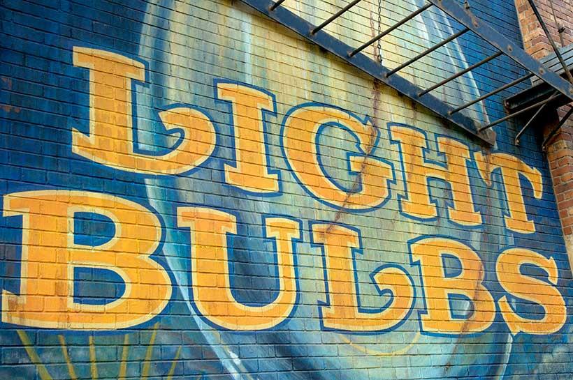 LIGHTBULBSの文字が描かれている壁