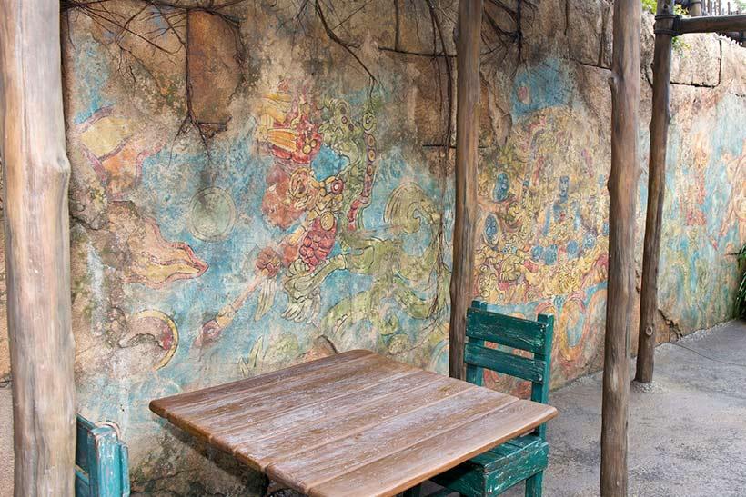 不思議な絵が描かれている壁