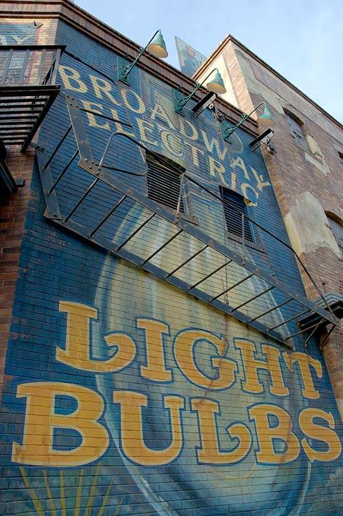 「ディズニーシー・エレクトリックレールウェイ」の入口付近の壁の画像