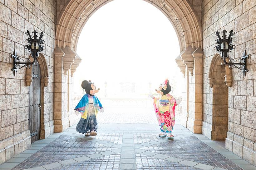 シンデレラ城の下を歩くミッキーとミニー