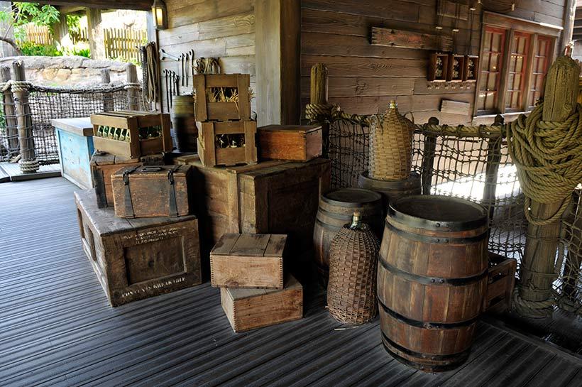雑貨や荷物が積み上げられている画像