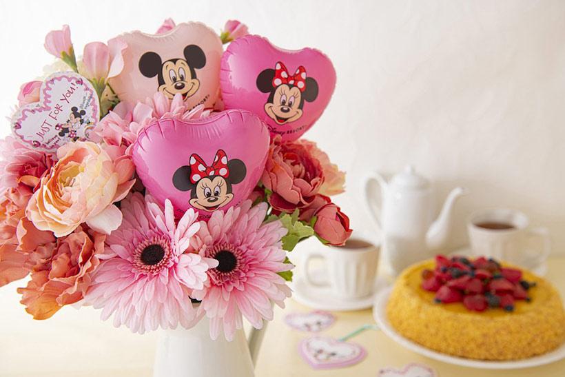 花束にバルーンとメッセージがささっている画像