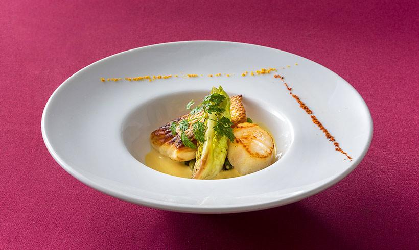 真鯛と帆立貝のポワレ、オレンジ風味のヴァンブランソースの画像