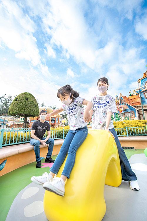トゥーンパークで遊ぶ親子の画像