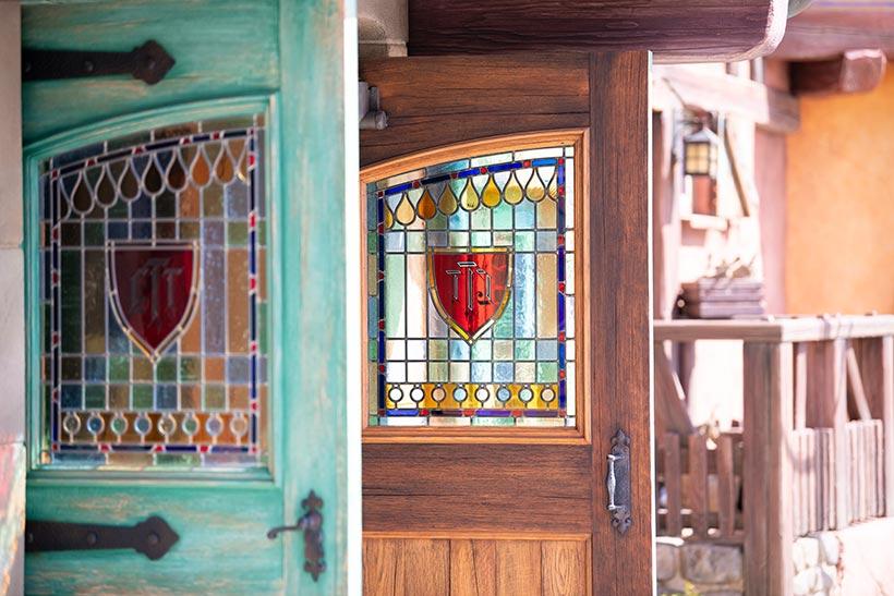 「ビレッジショップス」の扉の窓の画像