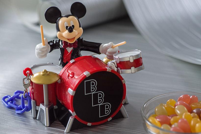 ミッキーマウスがドラムをたたく場面をデザインした、ミニスナックケースの画像