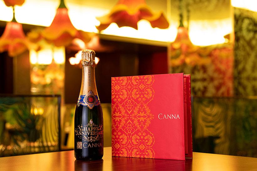 シャンパンとフォトフレームの画像