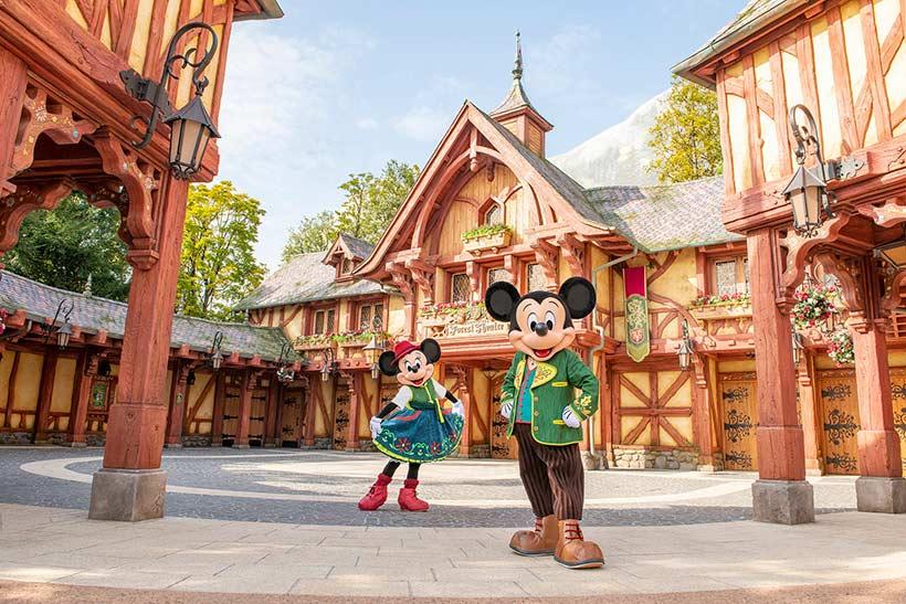 ファンタジーランド・フォレストシアターとミッキーとミニーの画像